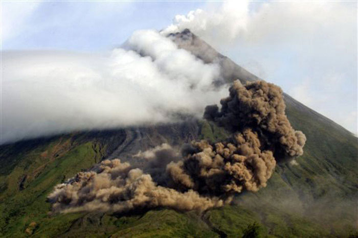 16) Ash clouds above The Buang Valley on the upper ridge of the Mayon Volcano, 1984 (Philippines)